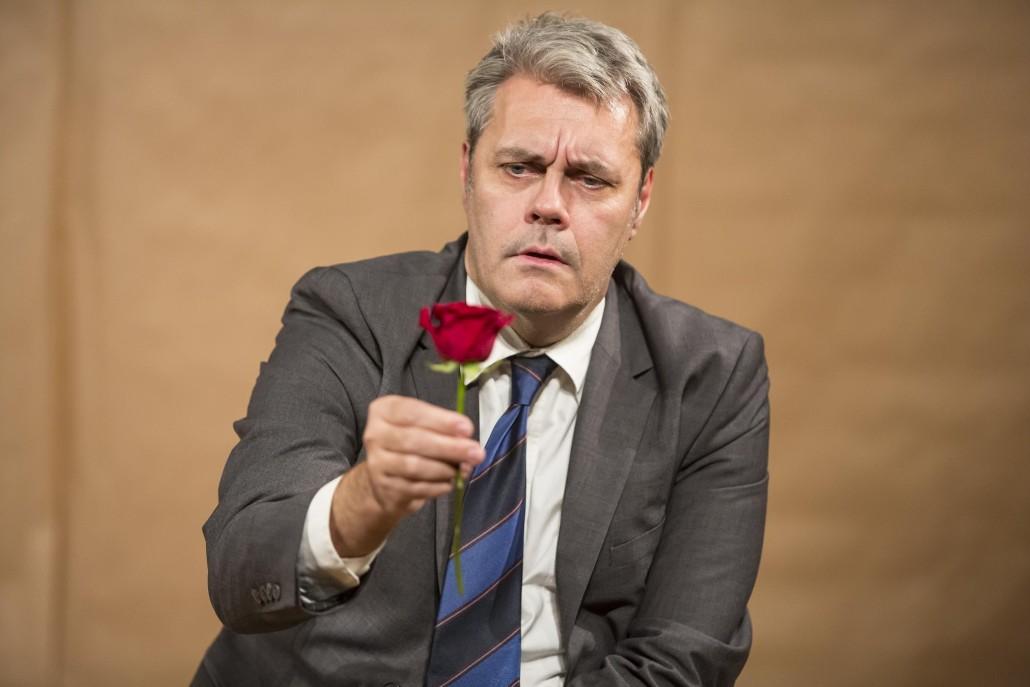 Mats Jäderlund betraktar en ros